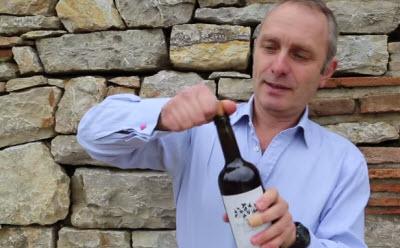 Как быстро открыть вино, если нет штопора.