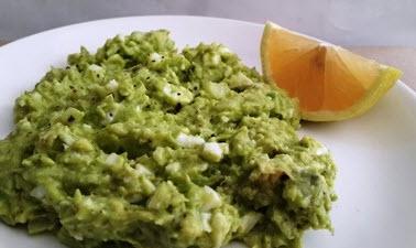 Израильский салат из авокадо с яйцом