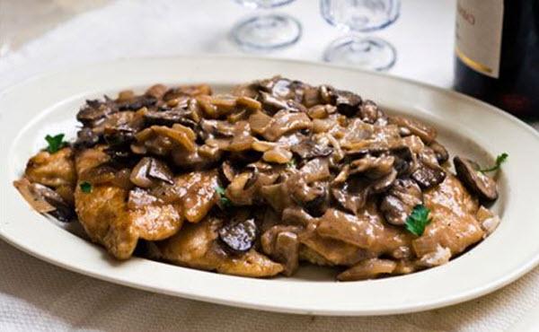 Куриное филе с грибами в винном соусе
