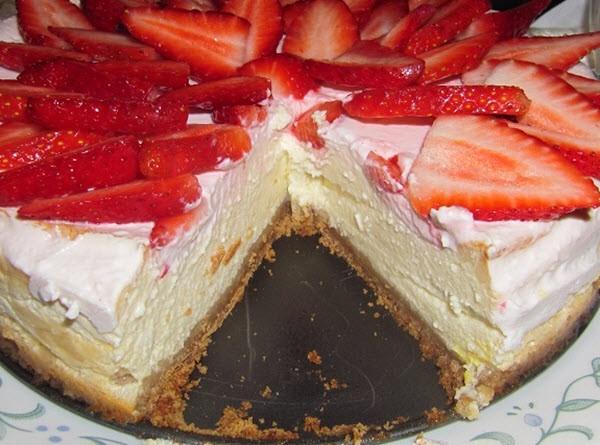 Нежный и рассыпчатый клубничный торт
