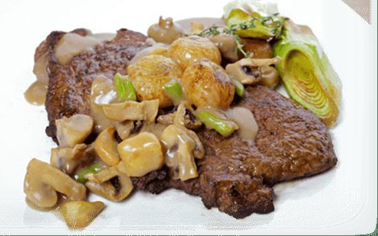 Мясо по-французски с соусом бешамель.