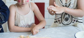 Как приучить ребенка помогать на кухне?