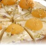 бисквитный торт с орехами и персиками