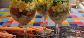 Яркий домашний салат в бокале